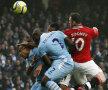 Rooney, omul de gol al lui Man. U, depăşeşte în aer apărarea lui City // Foto: Reuters