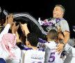 Olăroiu sărbătorește în teren cu jucătorii, care l-au luat pe sus după meci