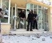 Poliţiştii păzesc geamurile sparte