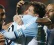 Eroii Argentinei se îmbrățișează. Messi și Tevez vor prima lor Copa America // Foto: Reuters