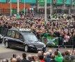 """""""YOU'LL NEVER WALK ALONE, BILLY!"""". 10.000 de oameni s-au strâns azi la Glasgow pentru a-l conduce pe ultimul drum pe Billy McNeill, legenda lui Celtic, decedat la vârsta de 79 de ani. Fostul fundaș scoțian a strâns 486 de meciuri pentru alb-verzi, cu care a cucerit Cupa Campionilor în '67. La impresionata ceremonie de azi a fost prezent inclusiv Sir Alex Ferguson. foto: Guliver/GettyImages"""