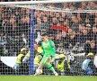 Eroul lui Chelsea! Portarul Kepa Arrizabalaga apără penalty-ul executat de Martin Hinteregger, jucătorul lui Eintracht, foto: Reuters