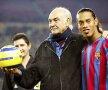 Sean Connery a murit la 90 ani. De-a lungul anilor, scoțianul a fost un apropiat al fotbalului. Aici, o imagine alături de Ronaldinho, în 2005 foto: Guliver/gettyimages