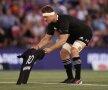 """IDOL. Înaintea meciului de rugby, dintre Argentina și Noua Zeelandă, """"All Blacks"""" l-au omagiat pe Diego Maradona. Căpitanul Sam Cane a așezat pe gazon un tricou cu numărul 10 și numele Maradona, sub privirile emoționate ale tuturor (foto: Guliver/Getty Images)"""