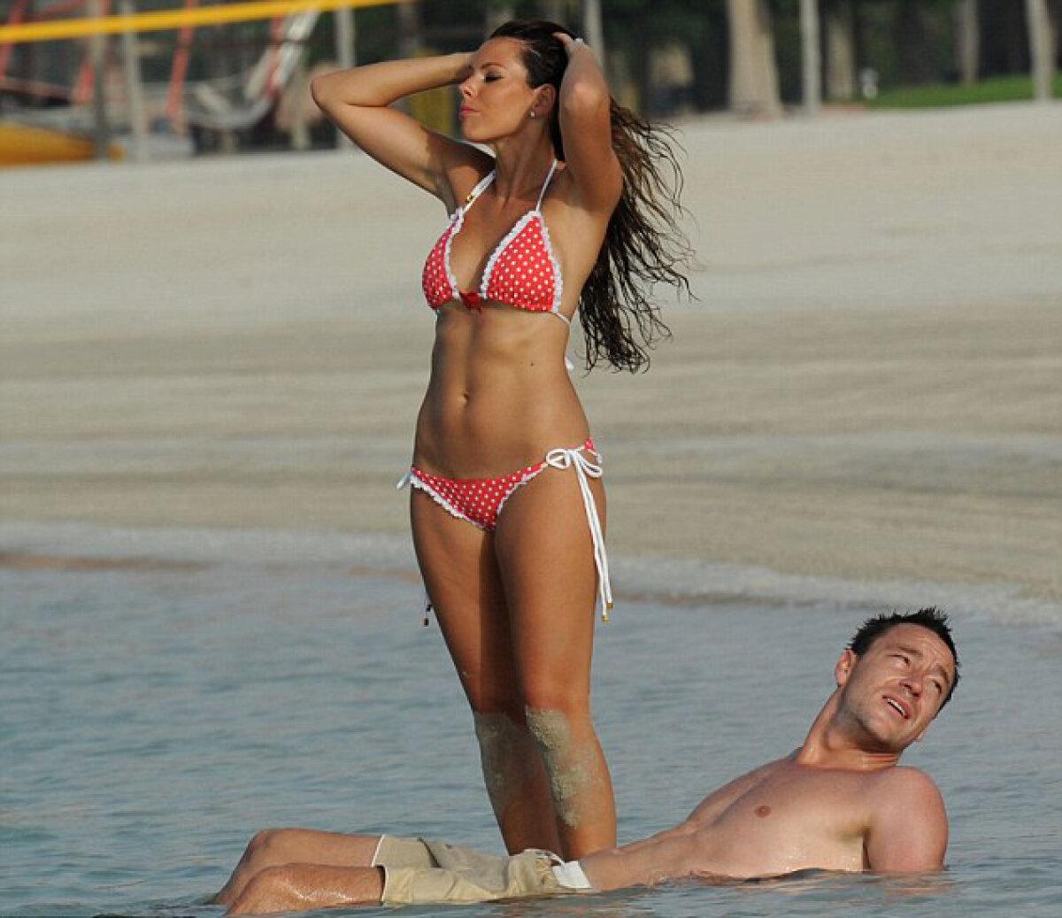 GALERIE FOTO John Terry şi soţia, poze fierbinţi pe o plajă din Abu Dhabi