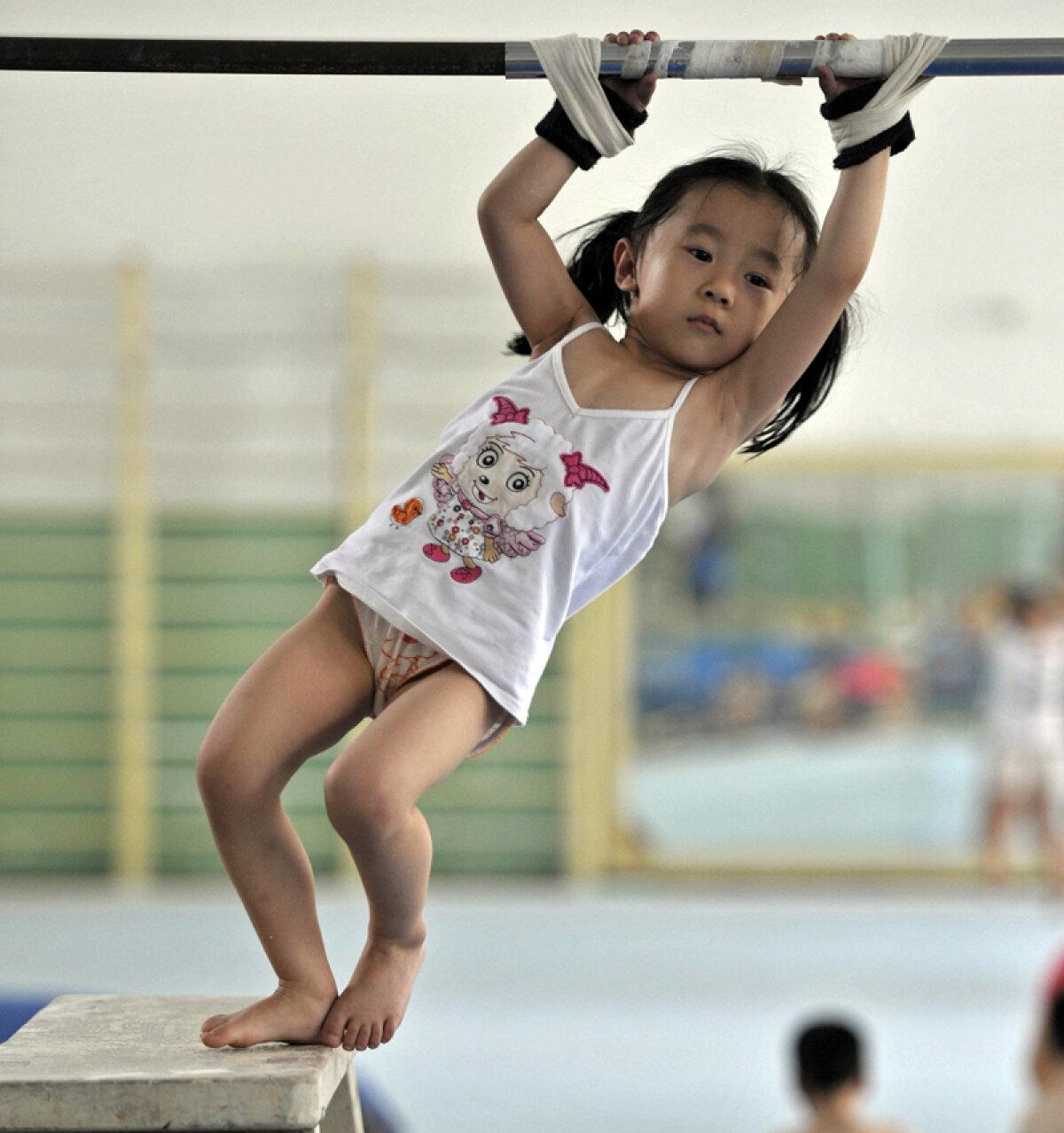 FOTO Aşa scoate China campioni! » Gimnastica în durere şi grimase