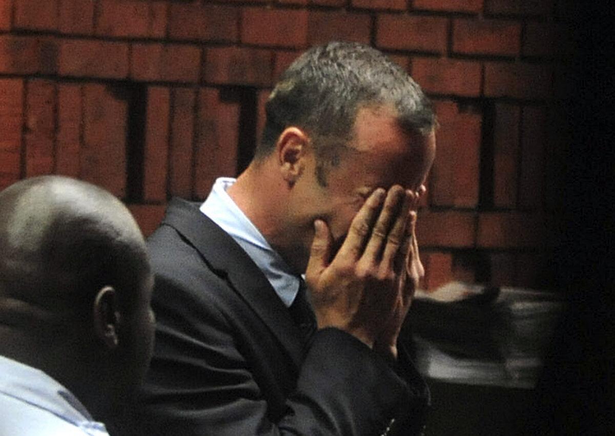 """Procurorii: """"Oscar Pistorius a tras de patru ori, cu două arme diferite, prin uşa de la baie!"""""""