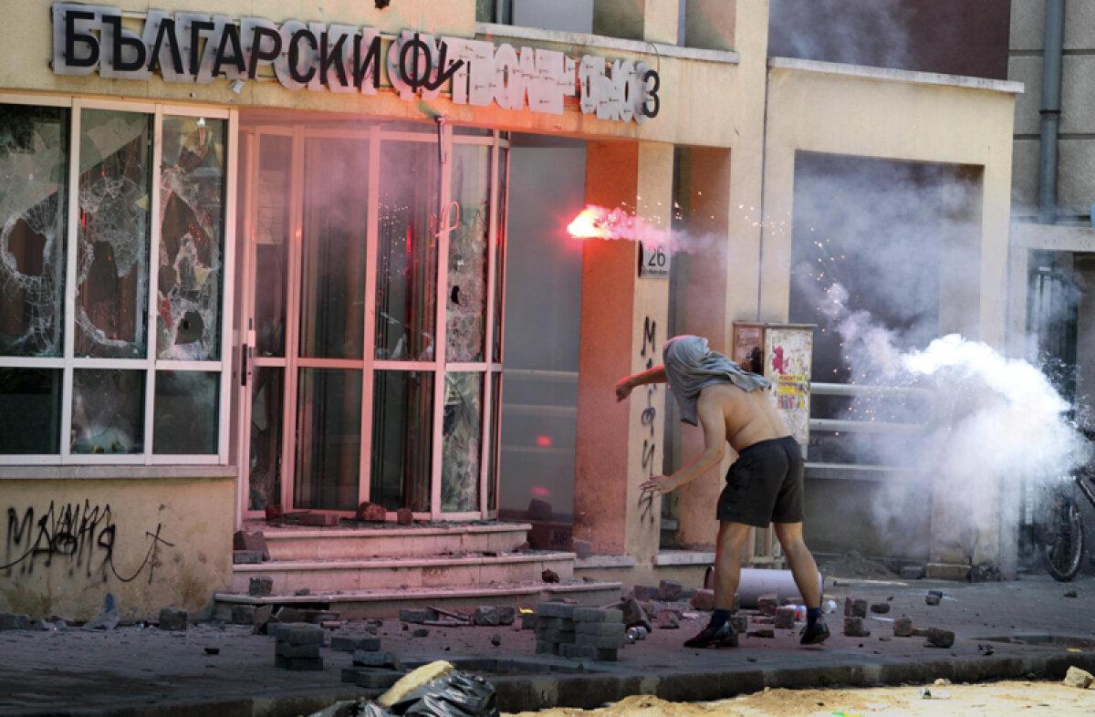 FOTO Asediul Sofiei » Fanii lui ŢSKA au devastat sediul federaţiei după ce s-a oficializat falimentul clubului sofiot