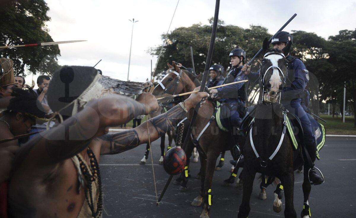 FOTO Atacă Mondialul cu arcuri şi săgeţi! » Indienii au înfruntat poliţia militară la Brasilia în apropierea stadionului