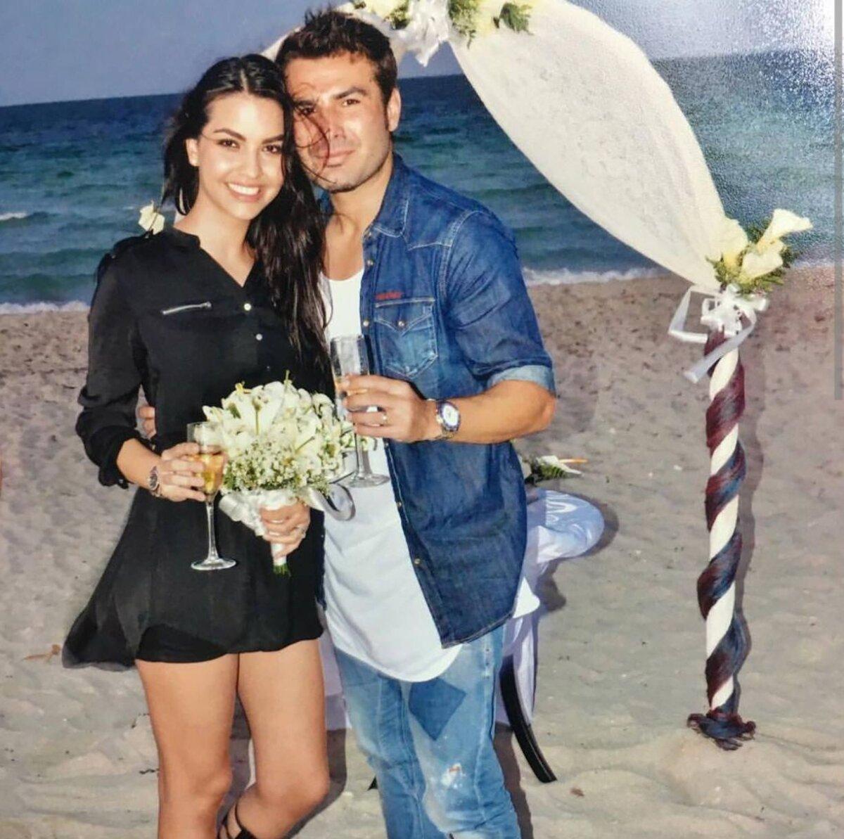 FOTO Mutu s-a însurat pe plajă, în Cuba! Soția sa a purtat o rochie neagră  iar el blugi :) Imagini de la eveniment