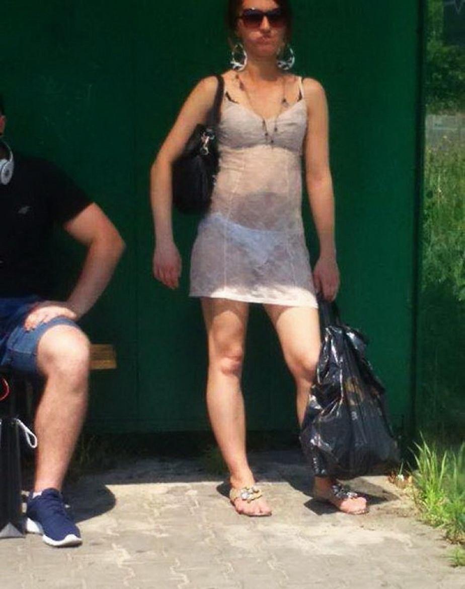 Nu o să-ţi vină să crezi cum a ieşit o femeie pe stradă! Toţi oamenii au fotografiat-o
