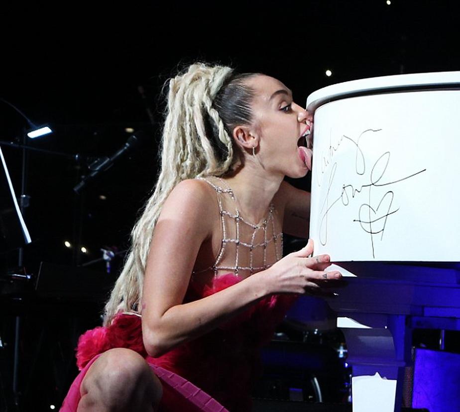 Miley Cyrus, gest absolut dezgustător în fața miilor de spectatori