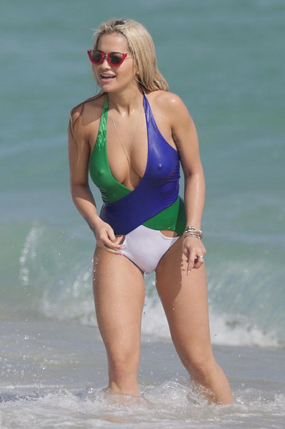 GALERIE FOTO » Rita Ora, spectacol super-hot la plajă!