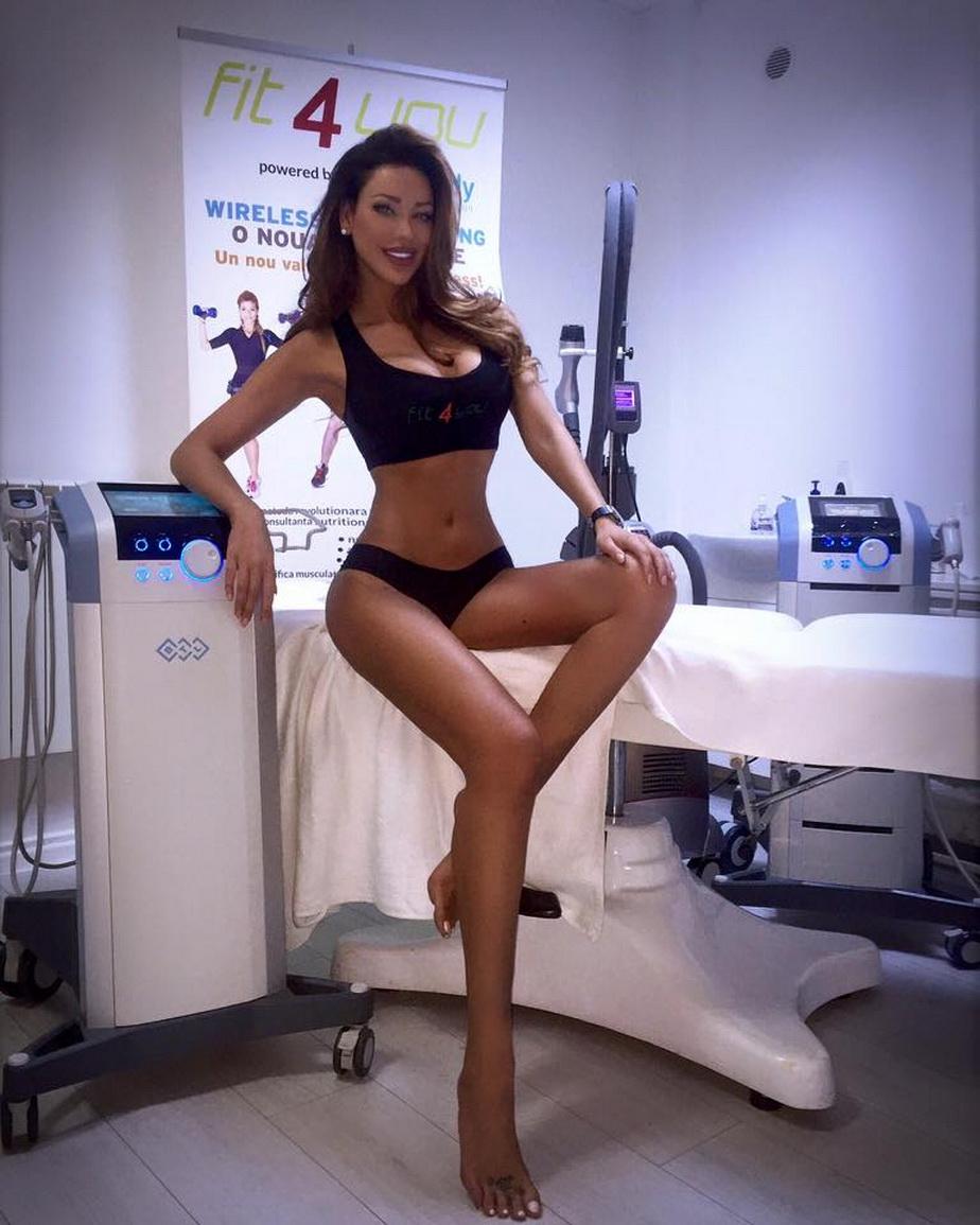 Bianca Drăguşanu arată bine de tot! Roşcata s-a fotografiat în bikini şi bustieră