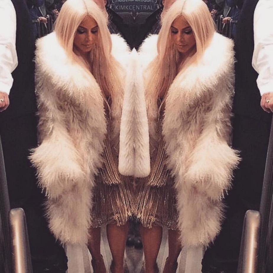 Kim Kardashian, blondă şi cu un decolteu ameţitor! 300.000 de fani au dat deja like