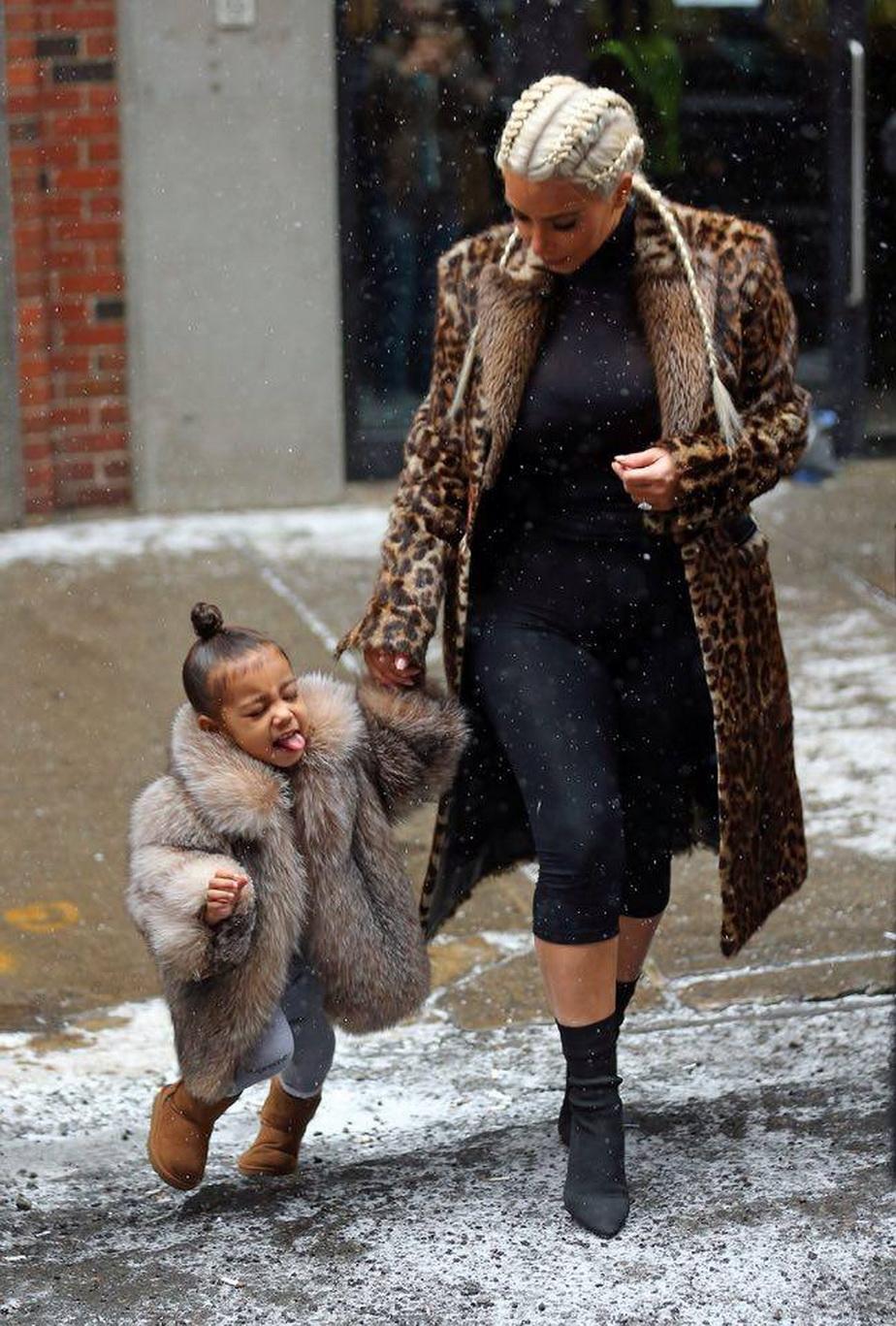 Kim Kardashian, în cea mai îndrăzneaţă ţinută. Nu şi-a revenit complet după naştere