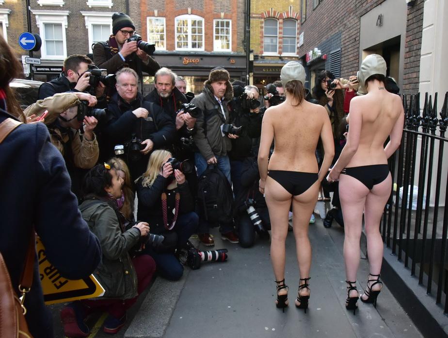 Aceasta este cea mai ciudată deschidere a săptămânii de modă de la Londra! Modelele, mai mult dezbrăcate
