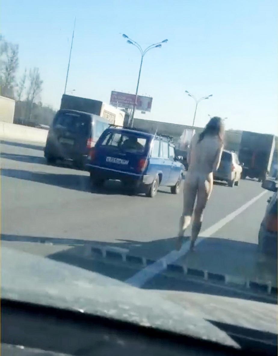 O femeie dezbrăcată complet, surprinsă pe o stradă din Moscova