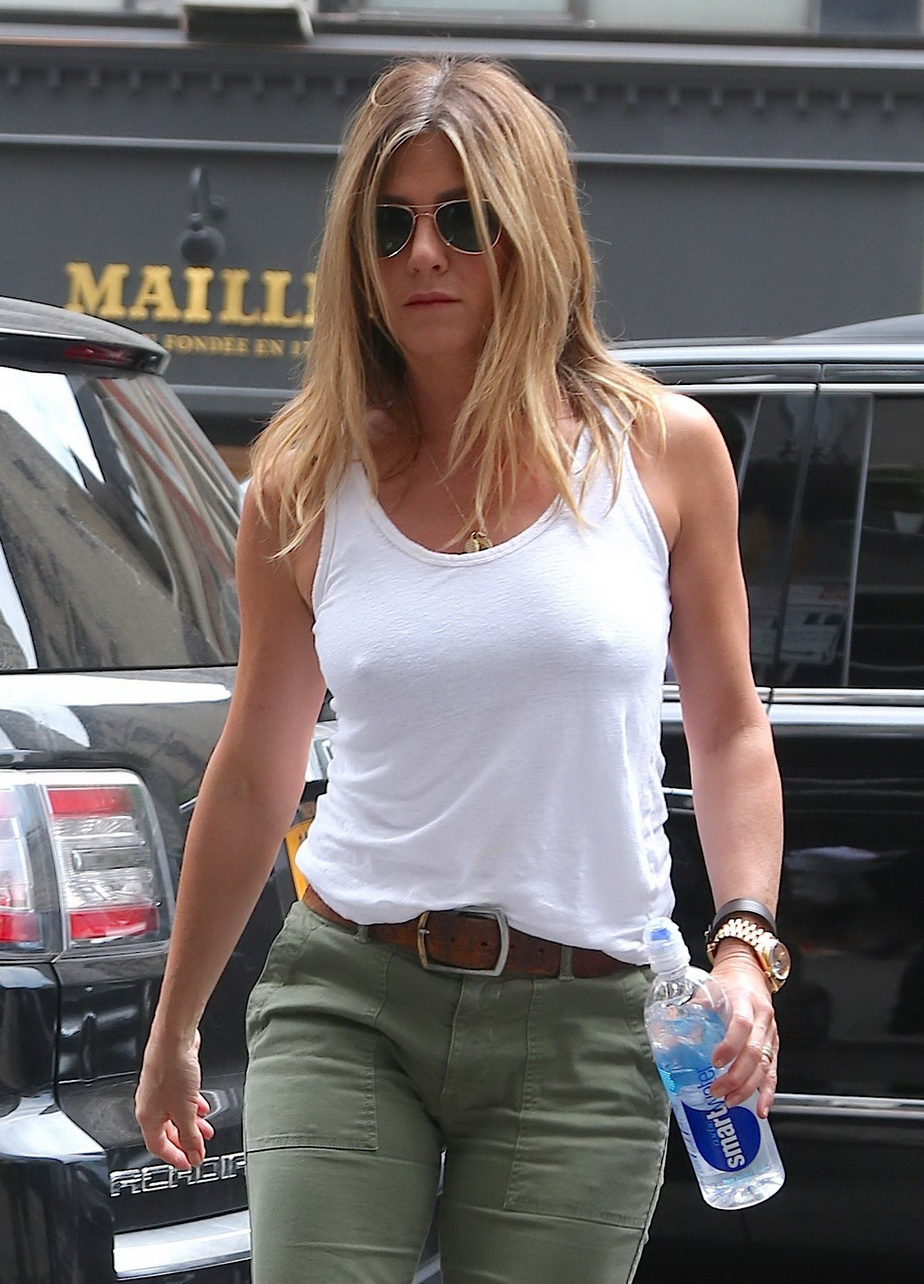 Jennifer Aniston, fără sutien! Toţi bărbaţii au întors privirea