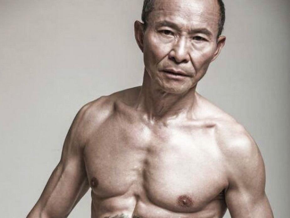 Bunicuțul de 61 de ani care face furori în rândul tinerelor