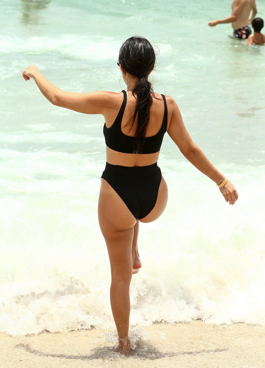 GALERIE FOTO Kourtney Kardashian, demențială la plajă!