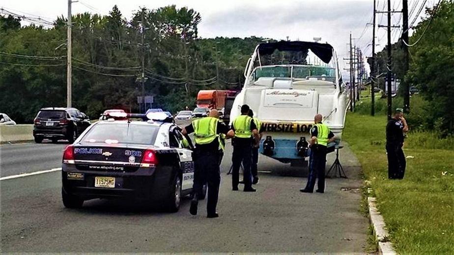 FOTO Misterul bărcii de 12 metri abandonate pe o autostradă din SUA