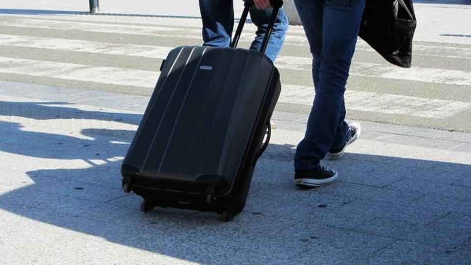 Un bărbat a fost oprit de poliţie într-o autogară. Ce s-a găsit în bagajul lui a şocat pe toată lumea!