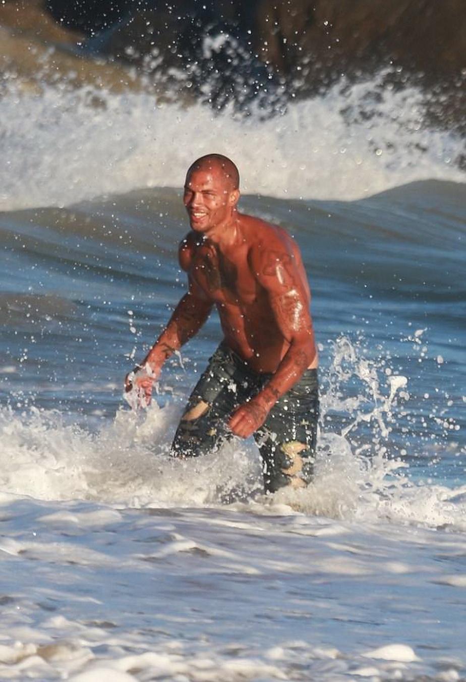FOTO Bărbatul votat ca cel mai sexy deținut a făcut senzație la plajă!
