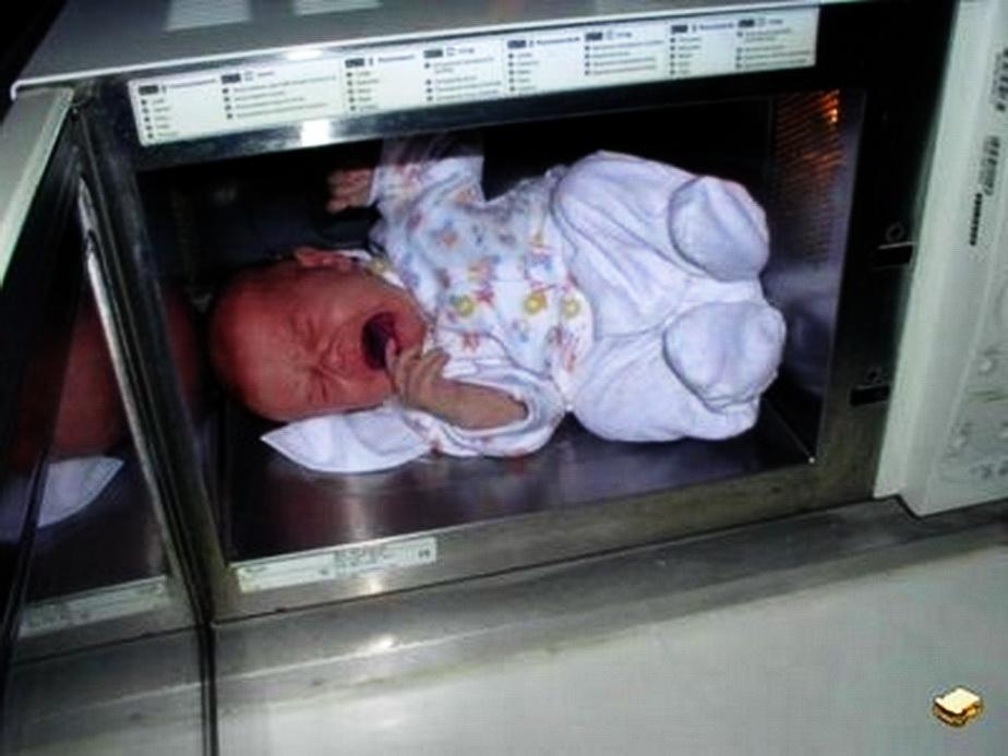 Revoltător! Și-au băgat bebelușul în cuptorul cu microunde. Ce a urmat e de groază!