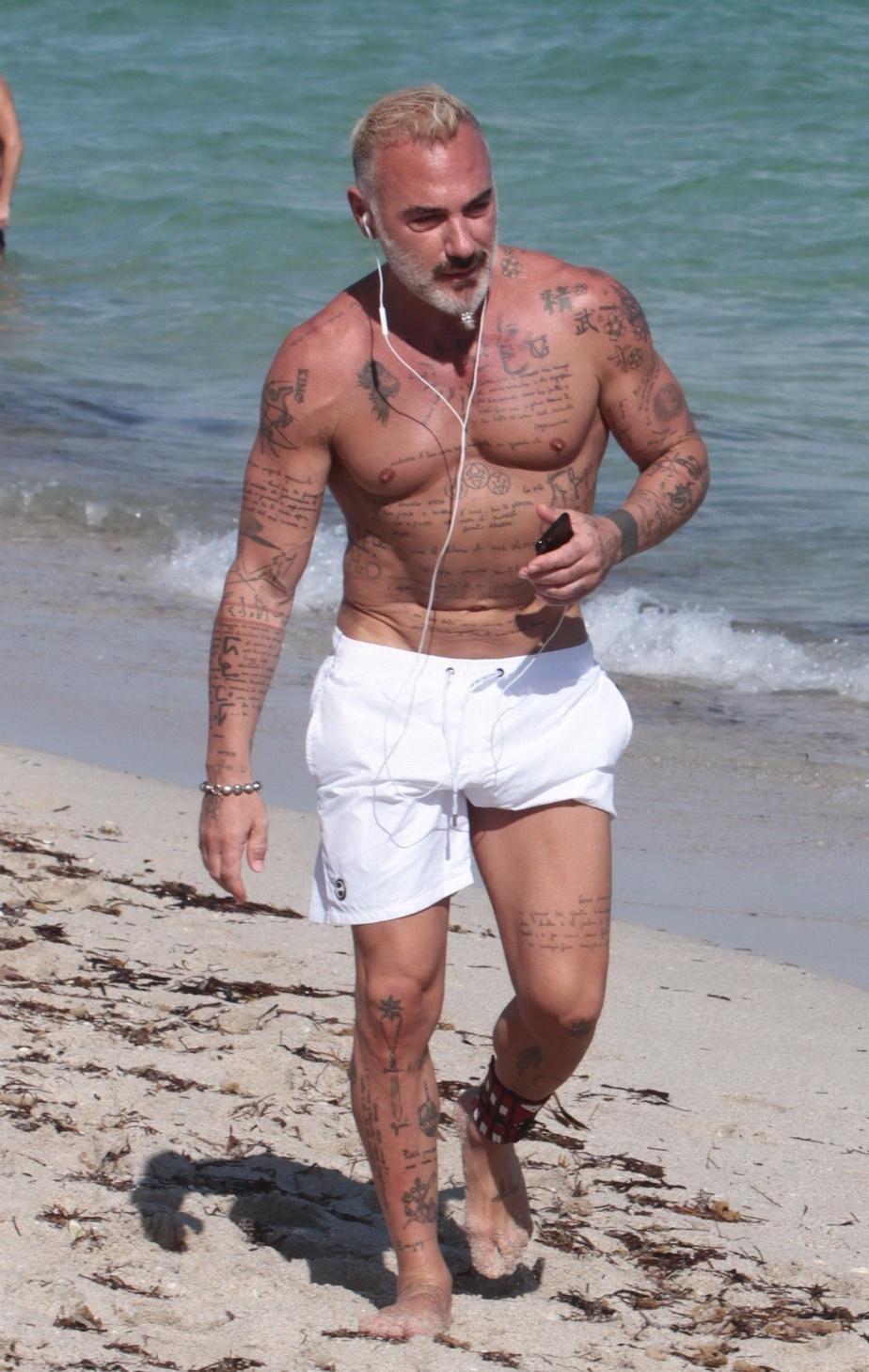 GALERIE FOTO Imagini bombă la plajă cu Gianluca Vacchi și iubita!
