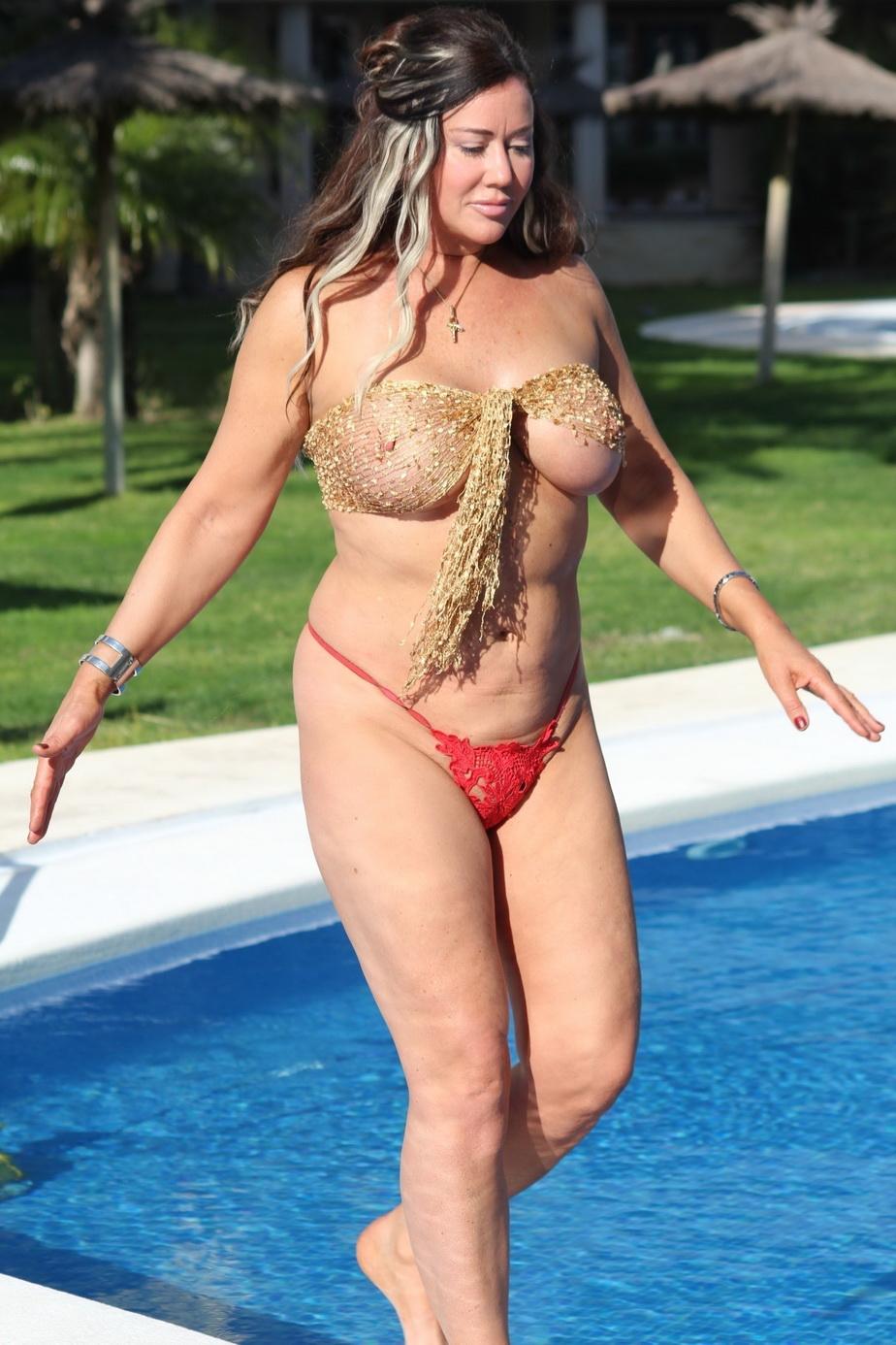 GALERIE FOTO Exerciţii fizice la piscină cu grăsuţa Lisa Appleton