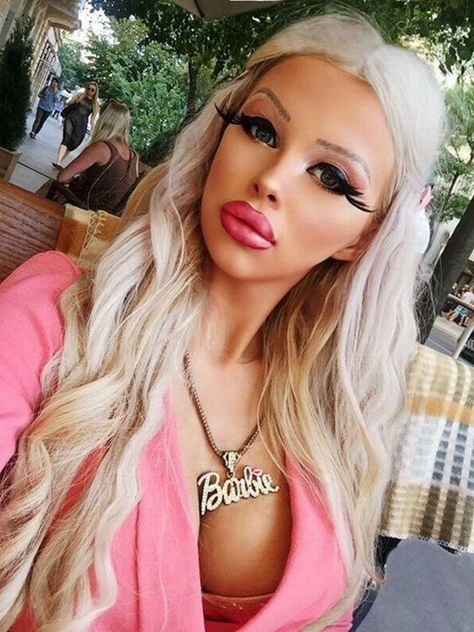 GALERIE FOTO Ea este păpușa Barbie umană. Cheltuie 1.000 de euro lunar doar pentru look-uk ei