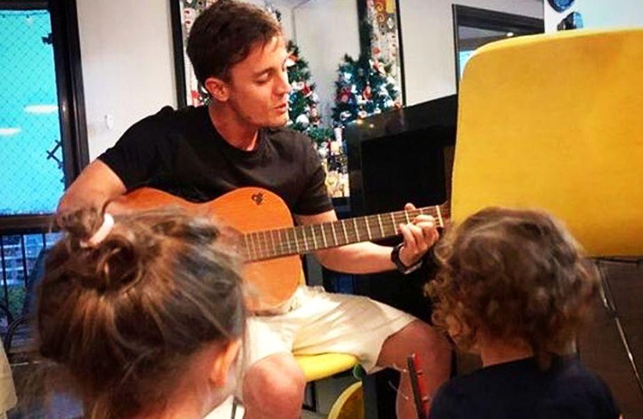 Brazilianul e fan al cântatului la chitară