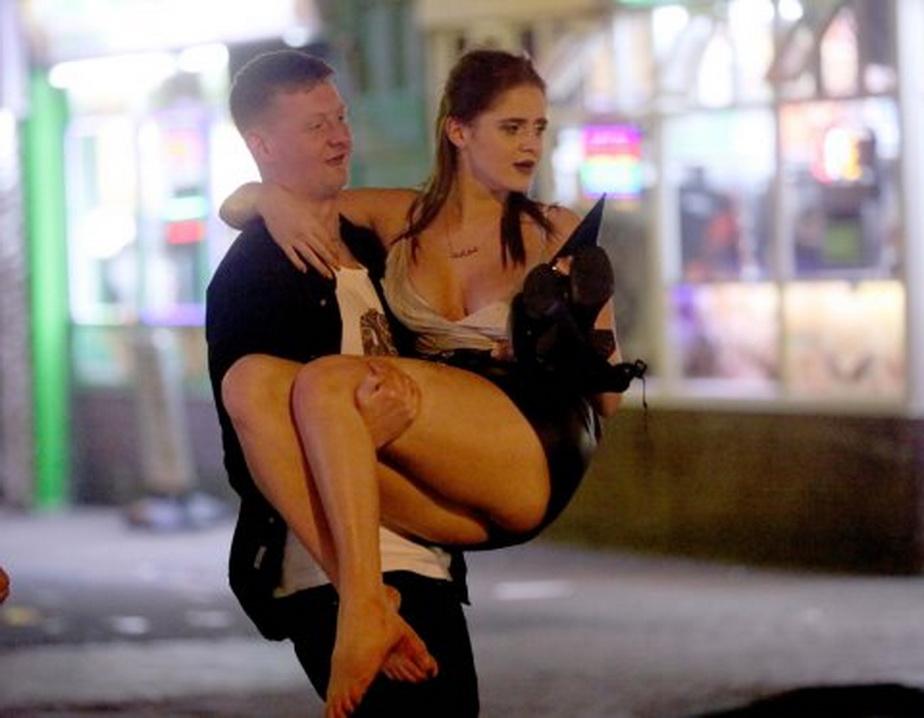 FOTO Imagini rușinoase! Britanicii au petrecut Paștele căzuți pe străzi