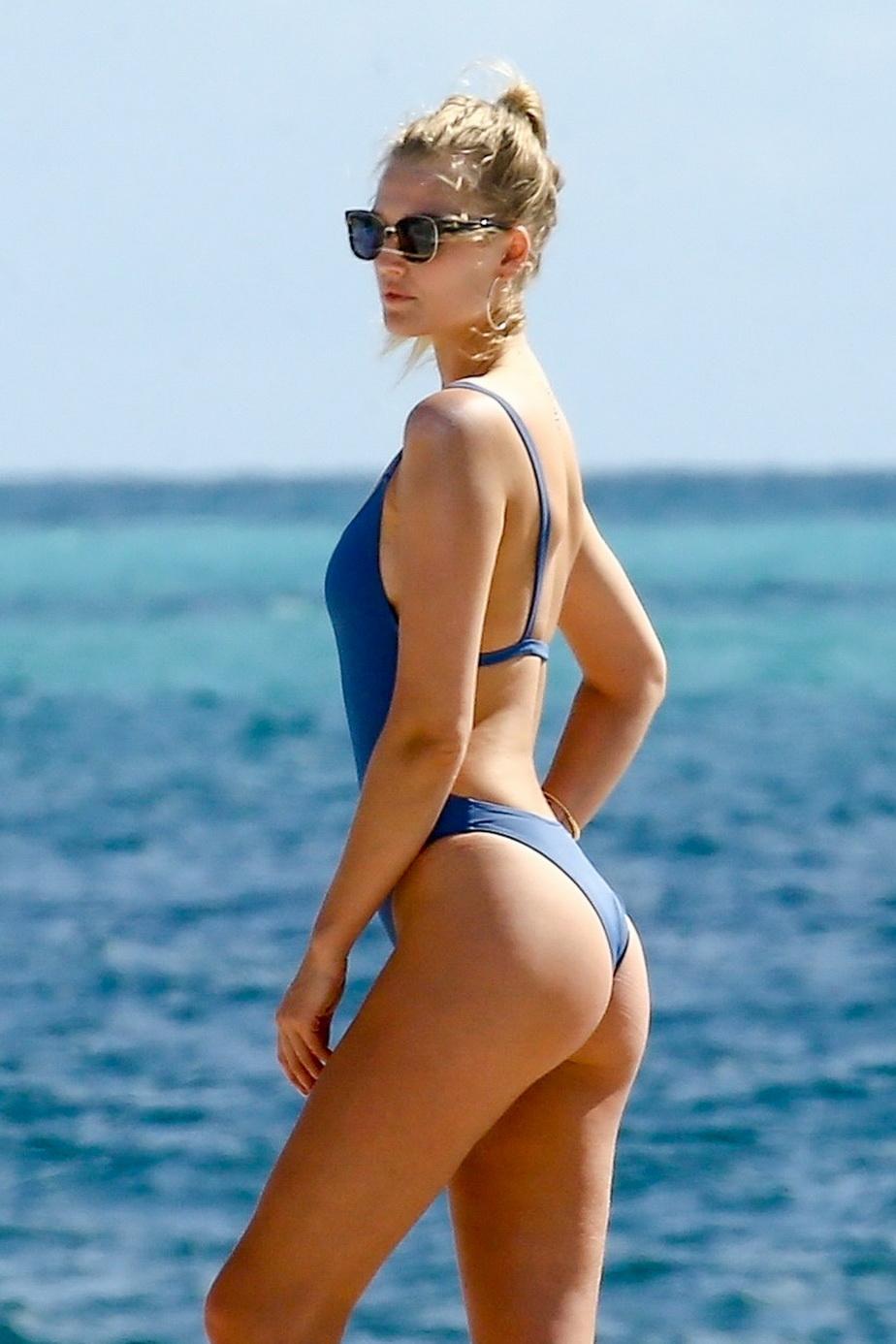 GALERIE FOTO Ipostaze de infarct la plajă. Blondina aceasta arată senzaţional!