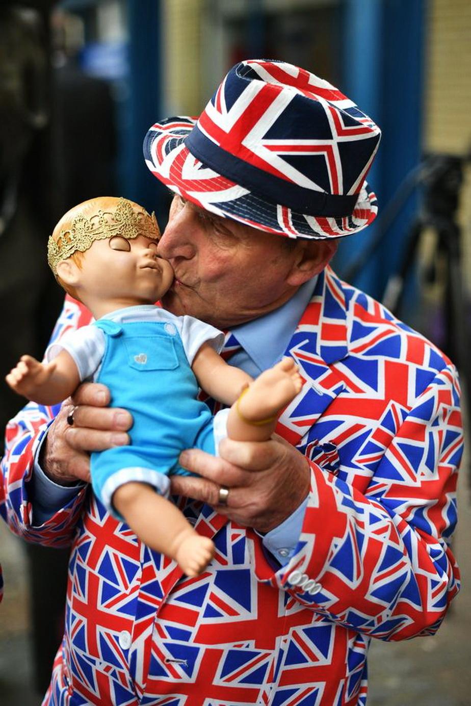 Faceți cunoștință cu super-fanul de 83 de ani al familie regale din Anglia