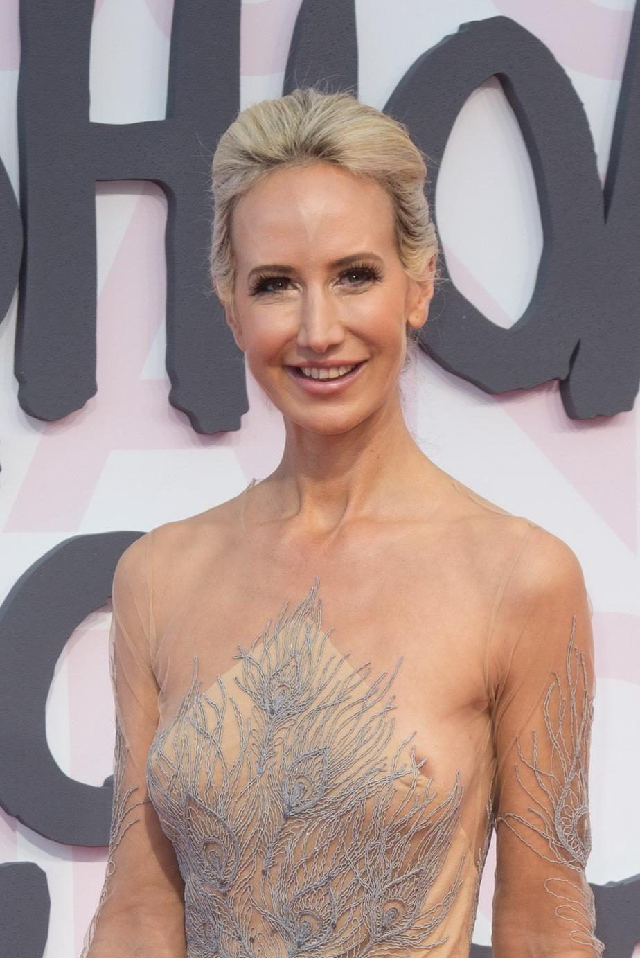 GALERIE FOTO Are 41 de ani şi s-a afişat pe covorul roşu într-o rochie transparentă. Arată fabulos!