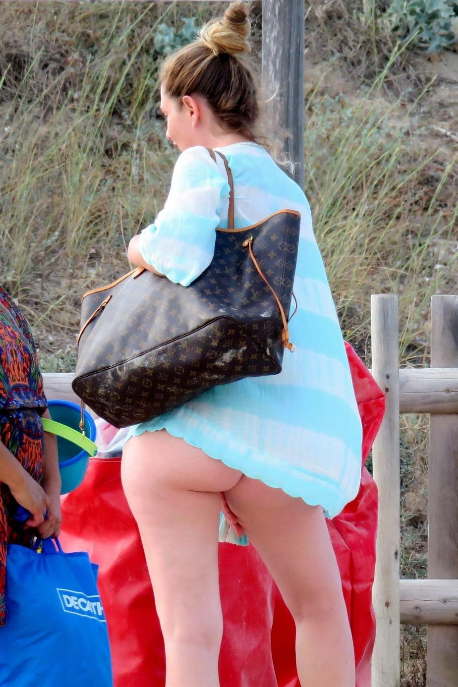 GALERIE FOTO Soţia lui Pablo Zabaleta, în poziţii provocatoare pe plaja din Formentera