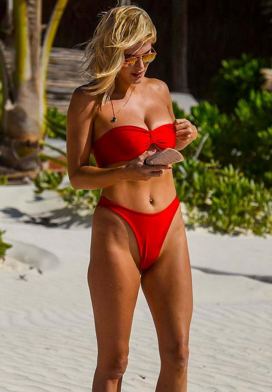GALERIE FOTO Blondina asta demenţială a ieşit la plajă în cel mai sexy costum posibil