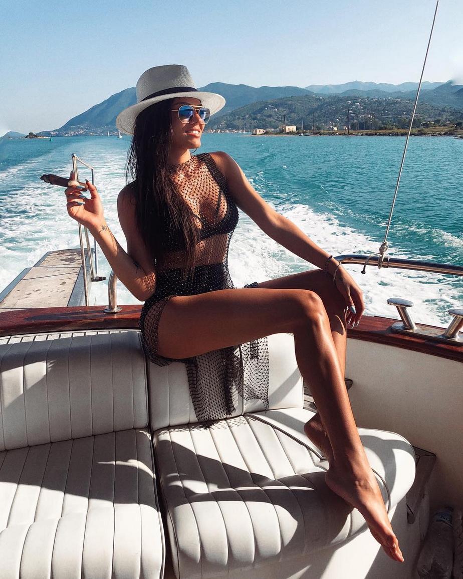 FOTO Fiica lui Adrian Minune, bombă sexy la plajă