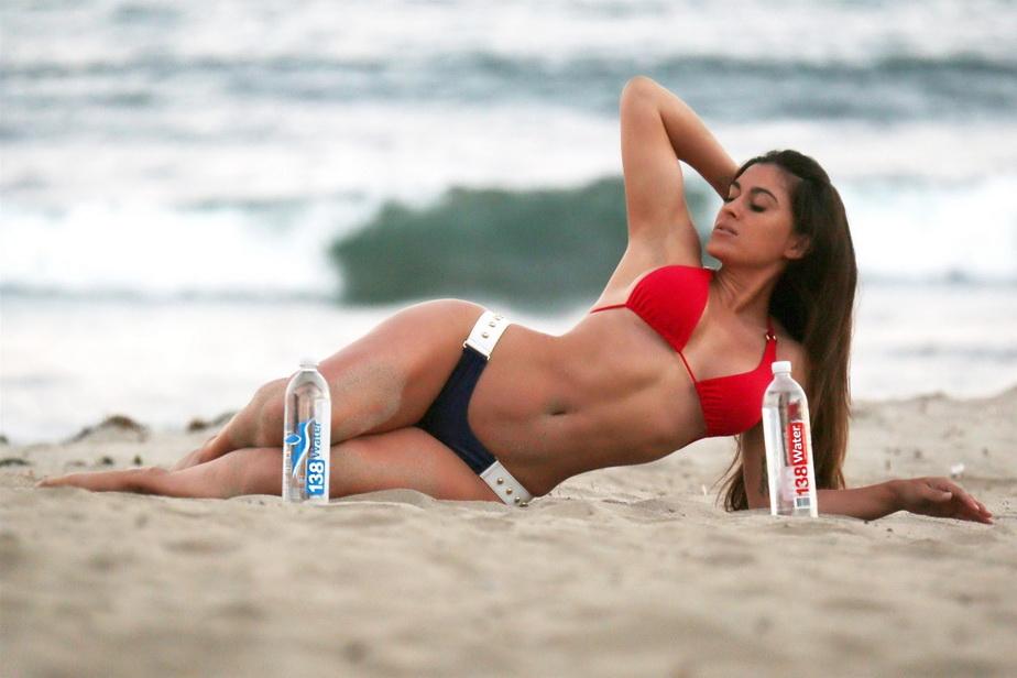 GALERIE FOTO Fosta soţie a lui Lorenzo Lamas în poziţii incendiare pe plaja din Malibu
