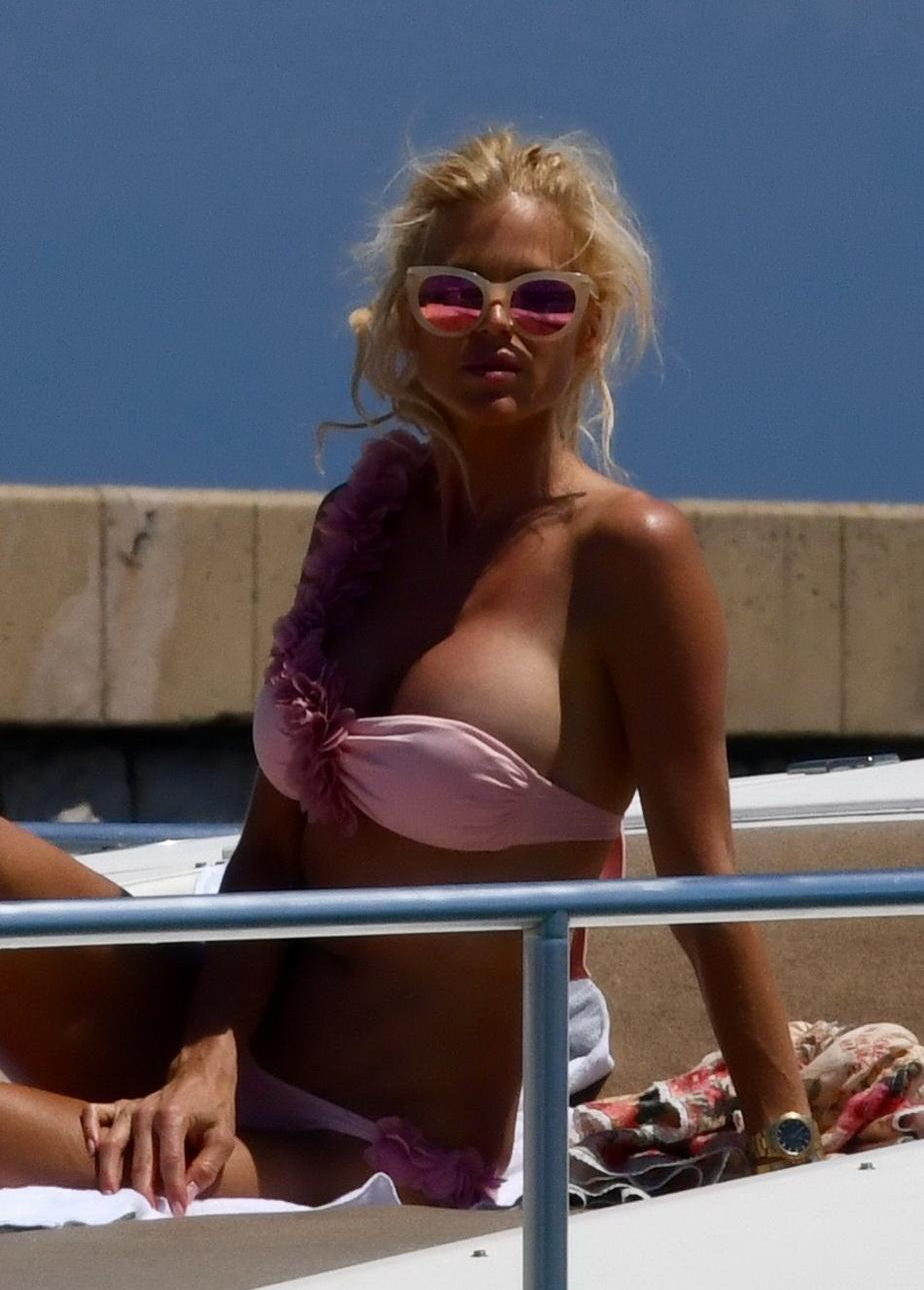 GALERIE FOTO Surprinsă de paparazzi în poziţii provocatoare pe un iaht din Saint Tropez