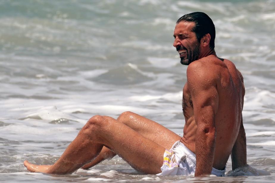 GALERIE FOTO Gianluigi Buffon, la plajă. Imagini superbe din vacanță cu portarul lui PSG