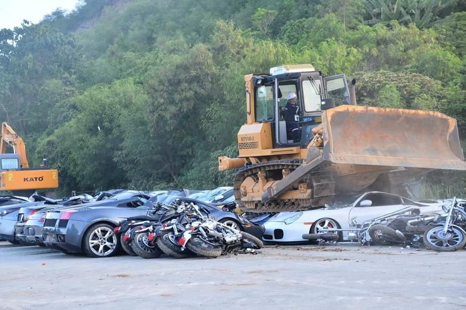 Mașini de 5,5 milioane de euro, distruse cu șenilata