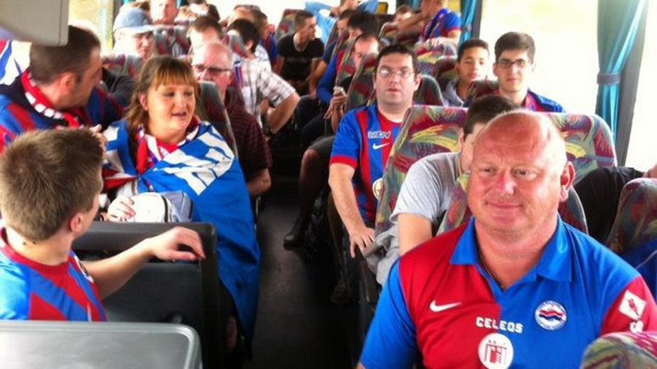 Blocaţi în afara stadionului din Nantes, doi suporteri ai lui Caen au făcut dragoste între două autobuze