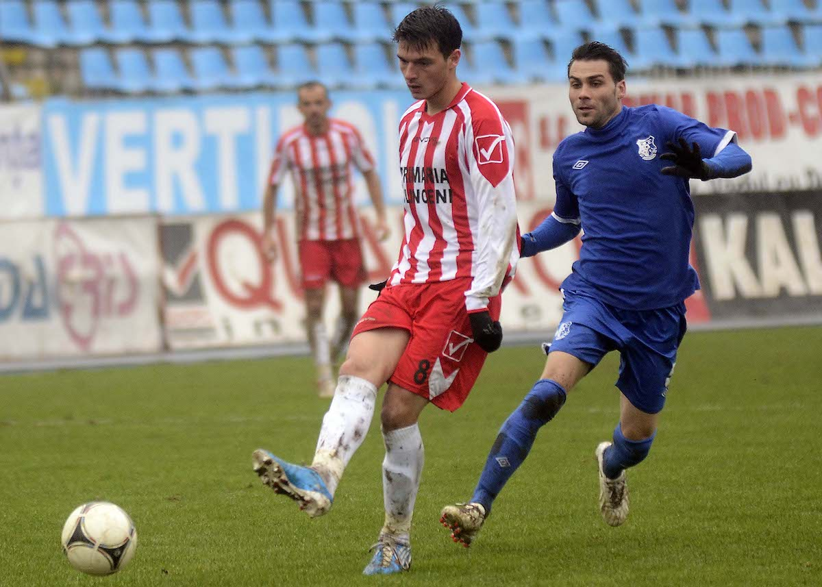 adrian udrea l playing for clinceni in the romanian second league against farul