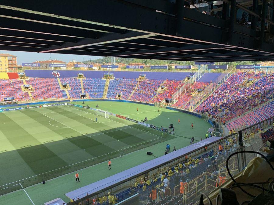 FOTO: UEFA // Suporterii au început să pătrundă în stadion și scandează numele lui Radu, ieșit la încălzire