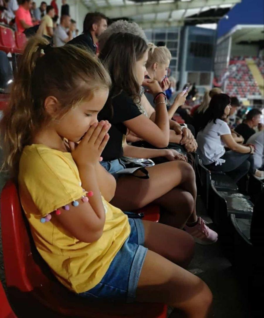 Antonia, în prim-plan rugându-se pentru victoria tatălui său, și Casiana au avut emoții la meci