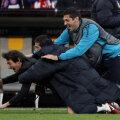 Cristi Chivu plonjează pe gazon, în mijlocul unui pachet al bucuriei, împreună cu Leonardo, antrenorul lui Inter, şi Materazzi Foto: Reuters