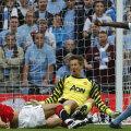 Yaya Toure i-a strecurat mingea printre picioare lui Van der Sar. Golul pentru finală Foto: Reuters